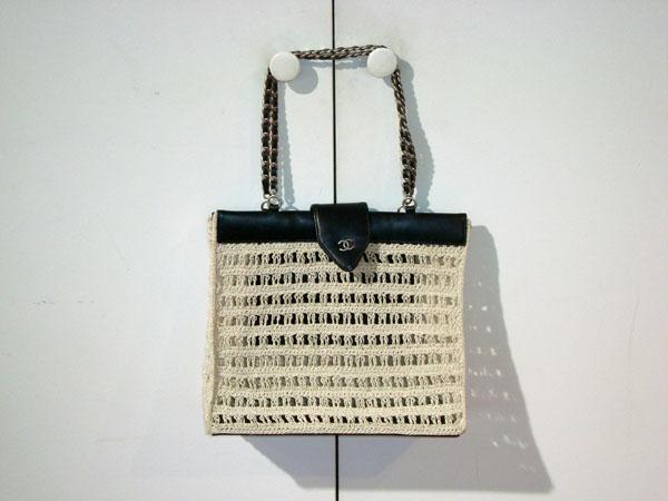 b211792b8149 Sac Chanel occasion Sac en crochet et cuir noir. 1 poche intérieure ...