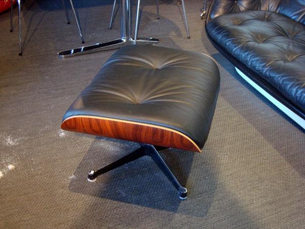 ottoman charles eames occasion un repose pieds d 39 un lounge chair de charles eames cuir noir. Black Bedroom Furniture Sets. Home Design Ideas