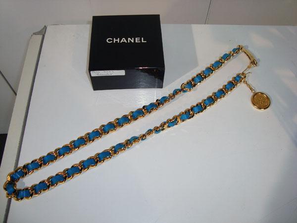 0458deeebd2 Ceinture Chanel occasion Ceinture Chanel en métal doré et cuir ...