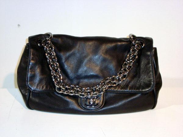 Sac noir Chanel occasion Sac Chanel en cuir noir. Bandoulière métal ... 126ccebc525