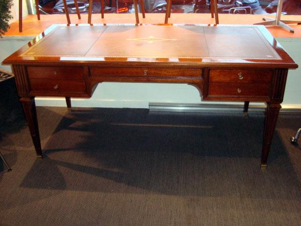 bureau style louis xvi occasion bureau style louis xvi en acajou 5 tiroirs sous main en cuir. Black Bedroom Furniture Sets. Home Design Ideas
