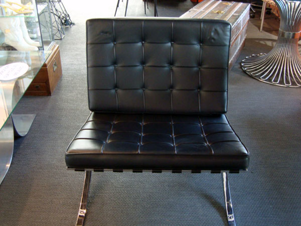 barcelona mies van der rohe occasion chauffeuse barcelona sangles de cuir tendues sur une. Black Bedroom Furniture Sets. Home Design Ideas